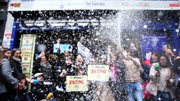 Un grupo de personas celebran en Doña Manolia el Gordo de la Lotería de Navidad 2019