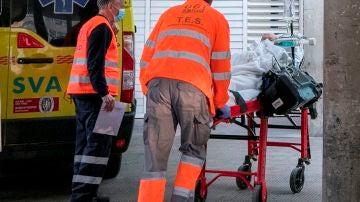 Personal sanitario lleva a un paciente a las urgencias del Hospital Clínico Universitario Lozano Blesa de Zaragoza.