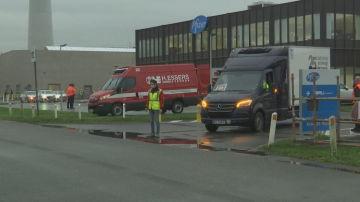 Varios furgones salen de la planta de Pfizer en Bélgica