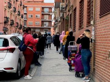 Vista de la cola para entrar al economato de Cáritas en el distrito madrileño de Tetuán.