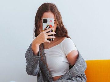 Adolescente con móvil