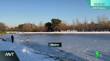 Las imágenes de la imprudencia en plena ola de frío: de andar por un lago helado a patinar sobre él