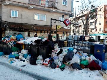 Basura acumulada en la entrada de la parada de Metro de Urgel.