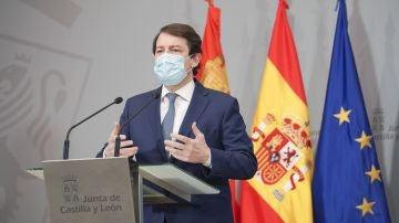 El presidente de la Junta de Castilla y León, Alfonso Fernández Mañueco, durante una rueda de prensa