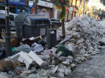 Imagen de la calle Embajadores repleta de hielo y basura
