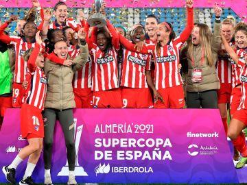 Virginia Torrecilla, con sus compañeras del Atlético
