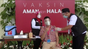 El influencer Raffi Ahmad recibe la vacuna contra la COVID-19