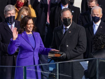 Kamala Harris jura su cargo como vicepresidenta de Estados Unidos durante la toma de posesión de Joe Biden