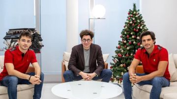 Carlos Sainz con Charles Leclerc y Mattia Binotto