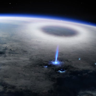 Asi nace un rayo azul y asciende por la estratosfera