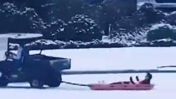 Reguilón se lo pasa como un niño en la nieve: su trineo causa furor en redes