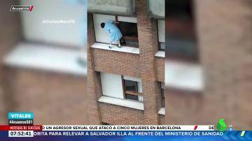 Impactantes imágenes: una mujer de Gijón limpia la persiana subida al alféizar de un séptimo piso