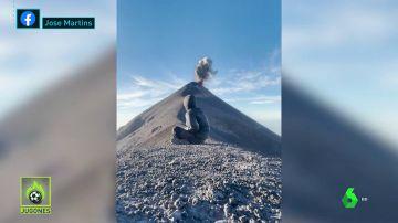 El momento en el que un volcán entra en erupción mientras un hombre medita sobre la montaña