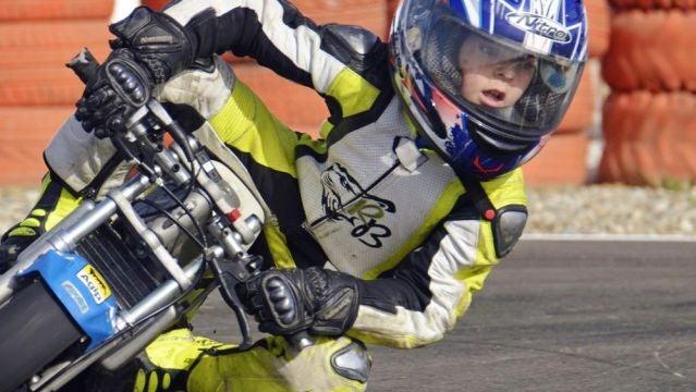 Competición de motos de categoría infantil