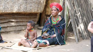 mujer sudafricana con su hijo