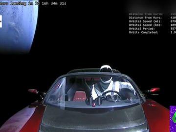 Un coche en el espacio