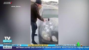 Quitar el hielo del coche a base de martillazos: la nueva técnica que se ha hecho viral