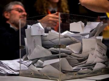 Los miembros de una mesa electoral participan en el recuento de votos en las elecciones catalanas de 2017
