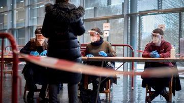 Una mujer ejerce su derecho al voto para las elecciones al Parlament en el polideportivo de Fontajau (Girona)