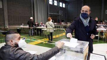 Alejandro Fernández deposita su voto para las elecciones catalanas el 14F