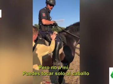 "La desternillante broma de un joven a un policía montado a caballo: ""¿Puedo acariciarlo?"""