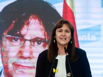 La candidata de Junts, Laura Borràs, con Carles Puigdemont en una pantalla