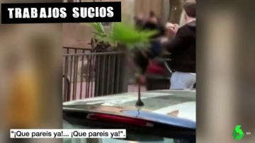 Imagen de la agresión de dos policías a un hombre en Linares