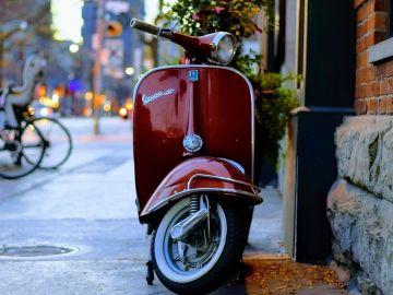 Vespa aparcada en la calle