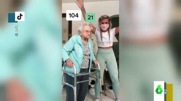 Influencer a los 104 años: una abuela triunfa en las redes con coreografías creadas con la ayuda de su cuidadora