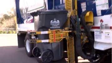 Camión de basura manejando el contenedor