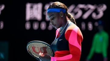 Serena Williams, cabizbaja en su partido ante Naomi Osaka