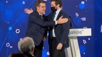 El presidente del Partido Popular, Pablo Casado (derecha) y el presidente de la Xunta de Galicia, Alberto Núñez Feijóo, durante un acto