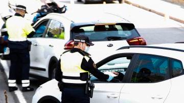 Agentes de la Guardia Urbana durante un control de movilidad en Barcelona.