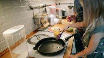 Debido a las leyes de la física, es más probable que los alimentos se peguen en el centro de las sartenes