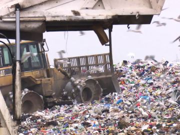 Malos olores, ruido y hasta explosiones en los vertederos: vivir en Rubí (Barcelona), uno de los 'basureros' de España
