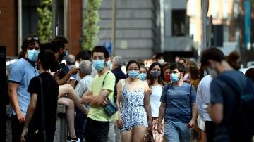 Personas con mascarilla pasean por Madrid