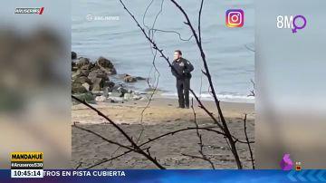 Graban a dos policías fotografiándose con un cadáver en una playa de Canadá