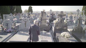 El emotivo mensaje de José Sacristán al visitar el cementerio en el que están enterrados sus padres y su hermana