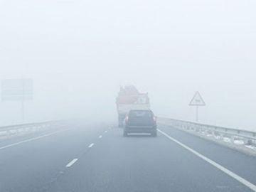 Carretera con niebla