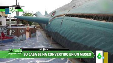 Un abuelo recrea una ballena de 32 metros en el jardín de su casa en Mojácar