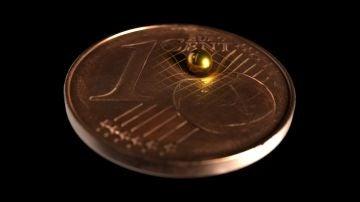 esfera oro moneda un céntimo gravedad