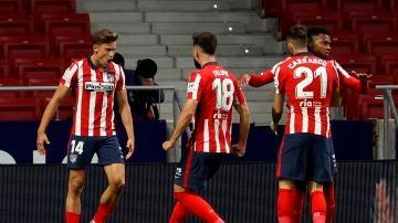 Marcos Llorente celebra un gol junto a sus compañeros.