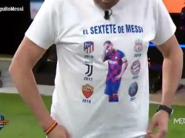 Tomás Roncero irrita a la bancada culé con su camiseta: 'El Sextete de Messi'