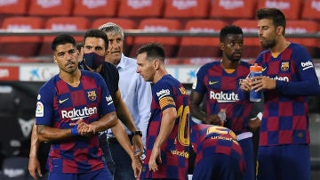 Sarabia habla con Suárez junto a Messi