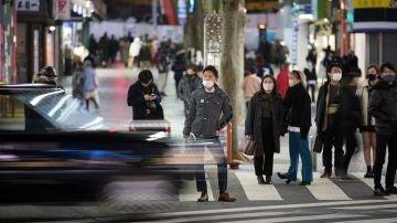 Imagen de personas caminando en Japón