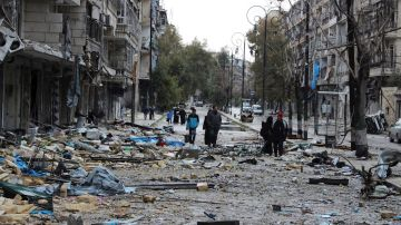Calle cubierta de escombros en un barrio del este de Alepo (Siria) en 2016