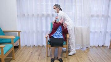 Una enfermera abraza a una usuaria de una residencia en Asturias