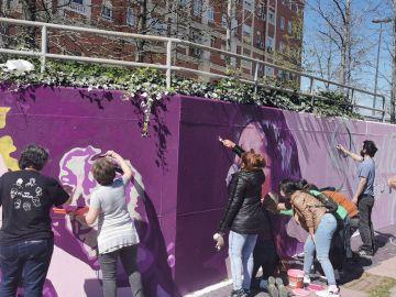 Vecinas de Getafe y el colectivo Unlogic Crew vuelven a pintar el mural.