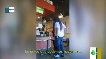 La agresiva reacción de un cliente de un restaurante de comida rápida tras cobrarle más por su pedido