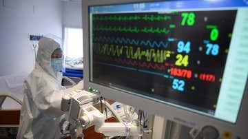 Personal sanitario en una UCI en Cantabria